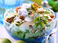 Porree-Apfel-Salat mit Käse und Walnüssen Rezept